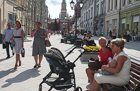 Пешеходная зона на Никольской улице в Москве.