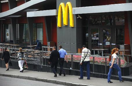 Ресторан быстрого питания McDonald's на Большой Бронной улице.