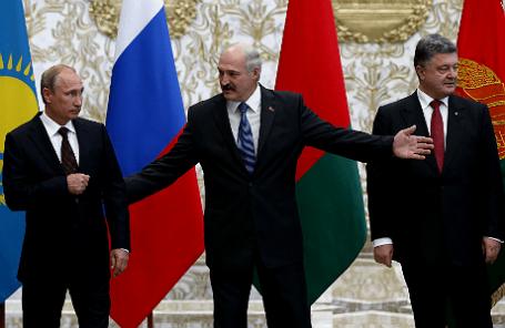Президент России Владимир Путин, президент Белоруссии Александр Лукашенко и президент Украины Петр Порошенко (слева направо) на встрече в Минске, 26 августа 2014.