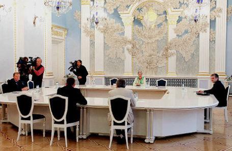 Экс-президент Украины Леонид Кучма (слева) и посол РФ в Киеве Михаил Зурабов (справа) во время заседания контактной группы по Украине.