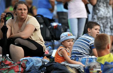 Украинские беженцы на территории лагеря в городе Донецк, Ростовская область.
