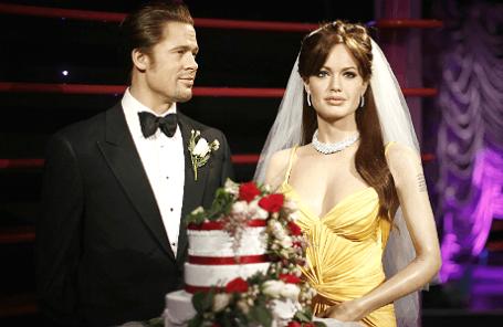 Восковые фигуры актеров Брэда Питта и Анджелины Джоли, наряженные в честь празднования свадьбы, в музее Мадам Тюссо в Сиднее.