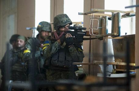 Украинские военнослужащие во время боев с ополченцами в городе Иловайск.