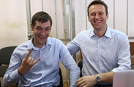 Оппозиционер Алексей Навальный и его брат Олег (справа налево).