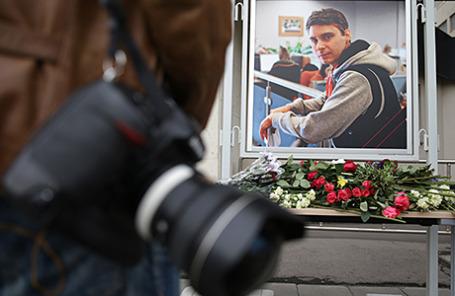 Цветы в память о погибшем на Украине фотокорреспонденте МИА «Россия сегодня» Андрее Стенине у здания агентства.