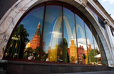 Реторан быстрого питания McDonald's на Манежной площади в Москве.