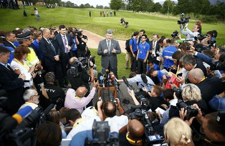 Президент Украины Петр Порошенко общается с зарубежными СМИ