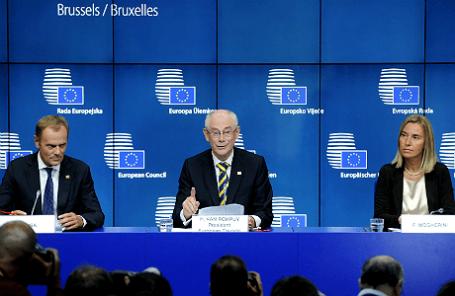 Президент Польши Дональд Туск (слева), председатель Европейского совета Херман Ван Ромпей  и новоизбранный верховный представитель ЕС по иностранным делам Федерика Могерини.