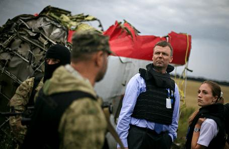 Наблюдатели ОБСЕ на месте падения пассажирского самолета «Малайзийских авиалиний» Boeing 777.