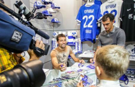 Игрок ФК «Динамо» Кевин Кураньи на открытии магазина клуба в Шереметьево
