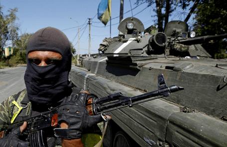 Украинский военный недалеко от Донецка.