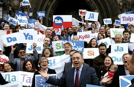 Первый министр Шотландии Алекс Солмонд и участники кампании за независимость Шотландии.
