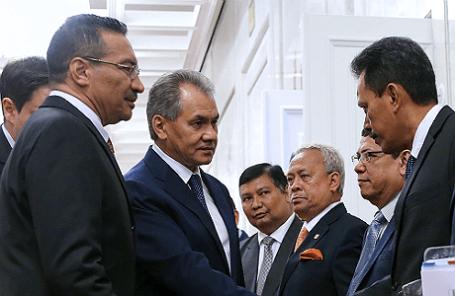 Министр обороны Малайзии Хишамуддин Хусейн и министр обороны РФ Сергей Шойгу (слева направо), а также члены делегации Малайзии в Москве.