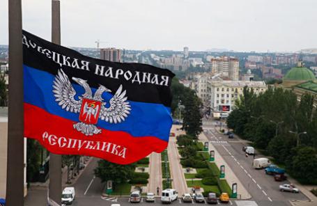 Флаг ДНР на здании областной государственной администрации.