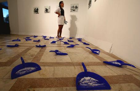 Работа художника Владимира Потапова из проекта «Проявление» на VIII выставке номинантов Премии Кандинского 2014 года в кинотеатре «Ударник».