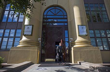 У входа в здание АФК «Система» в Москве.