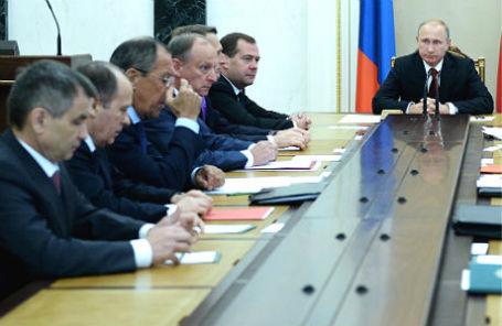 Президент России Владимир Путин (справа) во время совещания с постоянными членами Совета безопасности РФ в Кремле.