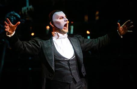 Актер Дмитрий Ермак (Призрак) в сцене из мюзикла «Призрак Оперы» в театре МДМ.