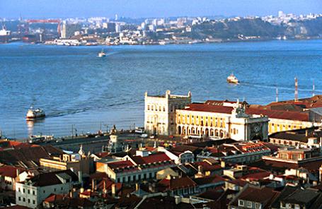 Вид на залив в Лиссабоне.