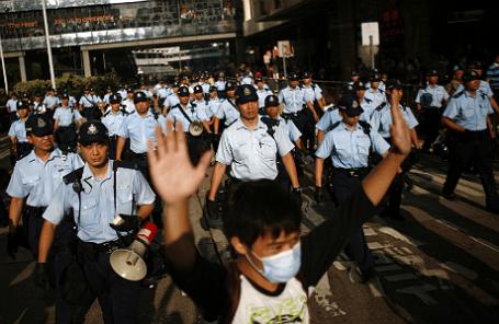 Полиция и участники демонстрации у здания правительства Гонконга.