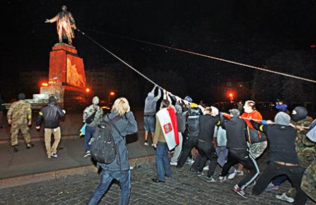 Участники демонстрации сносят памятник Ленину в Харькове.