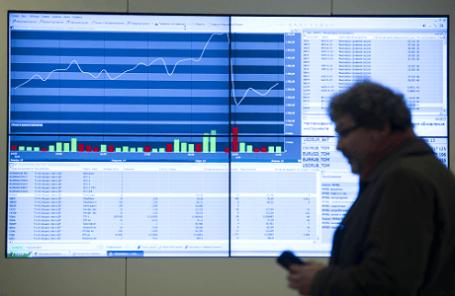 Экран с котировками денежных курсов на Московской бирже.