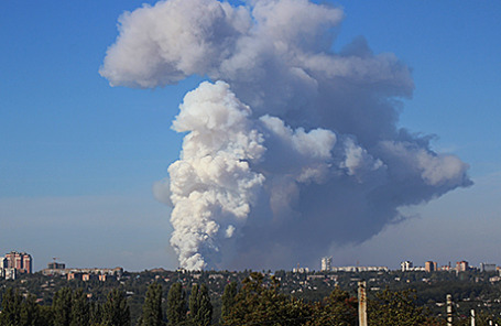 Дым над Донецком после обстрела.