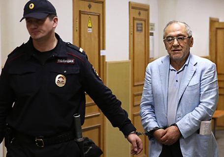 Предприниматель Левон Айрапетян (справа), подозреваемый в растрате и отмывании денежных средств.