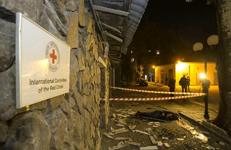 У здания, где расположен офис Красного креста в Донецке, после обстрела.