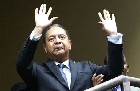 Жан-Клод Дювалье приветствует толпу во время ареста 18 января 2011 года. Автор Eduardo Munoz