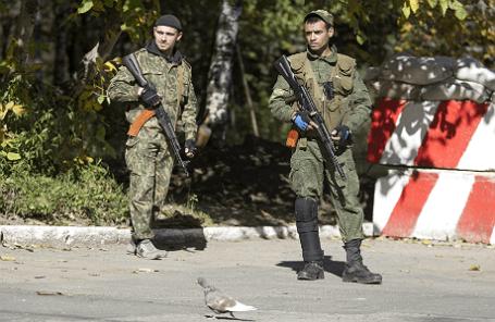 Ополченцы ДНР недалеко от блокпоста в Донецке.