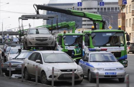 Эвакуация автомобилей, припаркованных в неположенном месте. Москва.