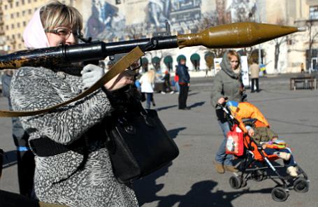 Женщина с гранатометом во время акции «Защити свою страну» на площади Свободы в Харькове.