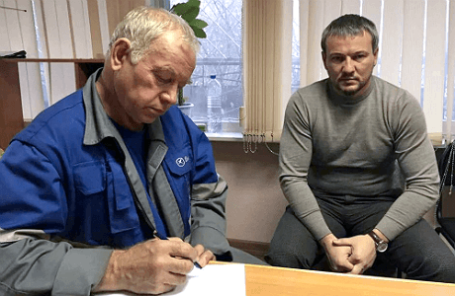 Водитель снегоуборочной машины Владимир Мартыненко (слева) на допросе сразу после аварии.