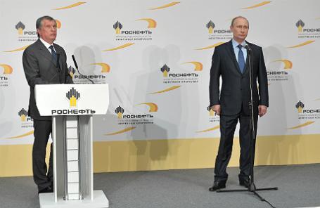 Президент компании «Роснефть» Игорь Сечин и президент России Владимир Путин (слева направо) во время церемонии пуска новой установки первичной переработки нефти на территории Туапсинского НПЗ «Роснефти».