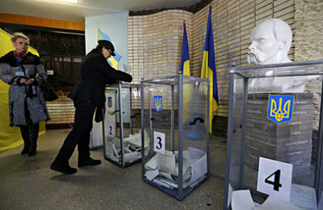 На одном из избирательных участков во время досрочных выборов на Украине.