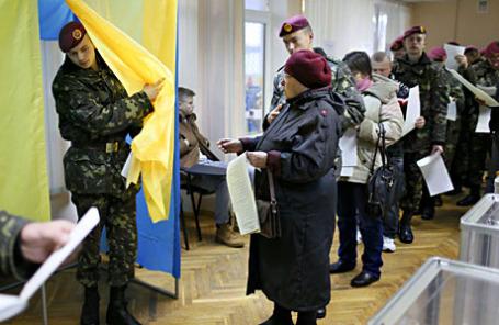 Во время парламентских выборов на избирательном участке в Киеве 26 октября 2014.