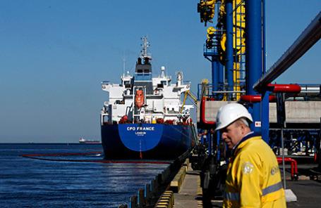 Нефтяной танкер загружает нефть из терминала в Усть-Луге.