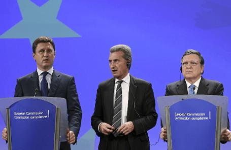 Глава Минэнерго РФ Александр Новак, еврокомиссар по энергетике Гюнтер Эттингер и председатель Еврокомиссии Жозе Мануэл Баррозу, мандат которого истекает 31 октября (слева направо).