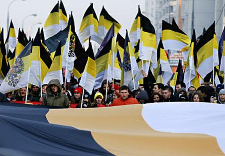 Участники «Русского марша» в День народного единства во время шествия.