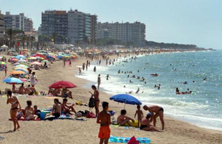 Пляж на испанском побережье курорта Бланес.