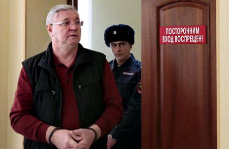 Временно отстраненный от должности мэра Астрахани Михаил Столяров перед началом оглашения приговора.