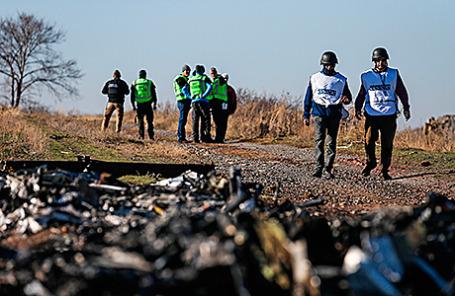 Следователи из Нидерландов и наблюдатели ОБСЕ во время осмотра обломков пассажирского самолета «Малайзийских авиалиний»  Boeing 777, разбившегося 17 июля в Донецкой области. Украина, 6 ноября 2014.