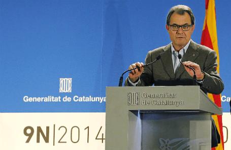 Президент Каталонии Артур Мас во время пресс-конференции в Барселоне после общенародного опроса о независимости Каталонии.