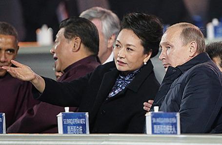 Президент России Владимир Путин и первая леди Китая Пэн Лиюань во время музыкально-светового шоу на Пекинском национальном стадионе, Китай, 10 ноября 2014.