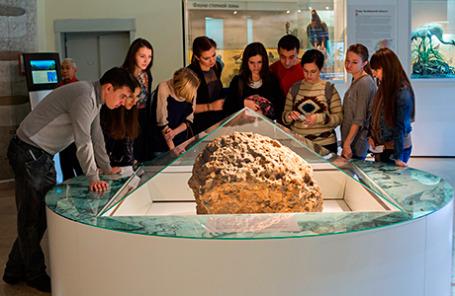 Метеорит «Челябинск», поднятый со дна озера Чебаркуль, выставлен на всеобщее обозрение в краеведческом музее.