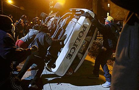 Акция протеста в Фергюсоне, Миссури, США, начавшаяся после отказа суда привлечь к ответственности полицейского, застрелившего темнокожего подростка.