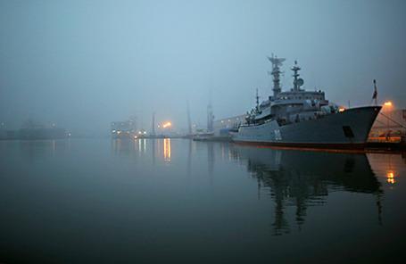 Российский учебный корабль «Смольный» в порту Сен-Назер на западном побережье Франции 25 ноября 2014 года.
