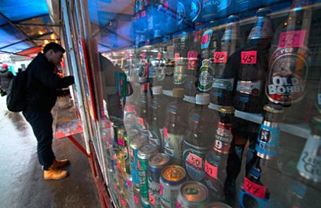 Покупатель у витрины одного из киосков города 14 января 2013.