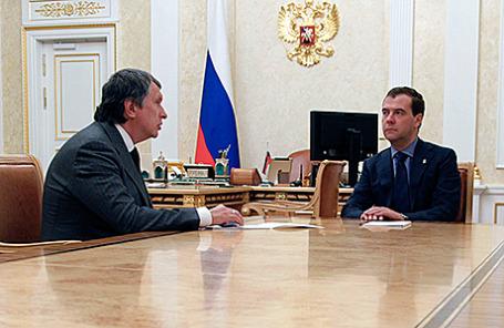 Глава «Роснефти» Игорь Сечин и премьер-министр РФ Дмитрий Медведев (слева направо).